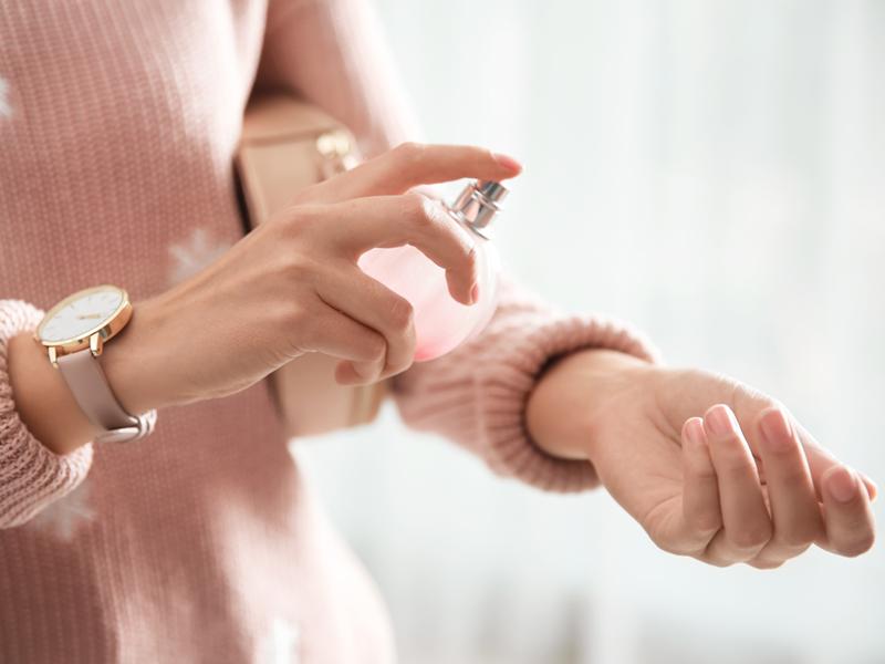7-astuces-pour-faire-tenir-son-parfum